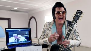 Vigslar i Las Vegas har också skötts på distans. Som här av en Elvis-imitatör i slutet av juli.