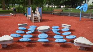 Blå plattor i en park att gymnastisera på.