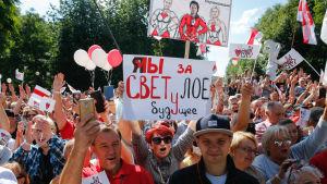 Folksamling i staden Baranovichi i Belarus har samlats till Svetlana Tikhanovskayas valmöte.