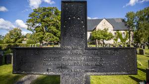 Ett gjutjärnskors på Kimitoöns begravningsplats.