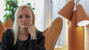 Laulaja Ringa Manner istuu kahvilassa.