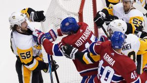 Jesperi Kotkaniemi och Joel Armia i matchen mot Pittsburgh Penguins.