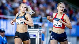 Jeanine Nygård och Inka Pöyry blickar åt samma håll då de joggar.