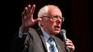 USA-senatorn, demokraternas tidigare presidentvalskandidat Bernie Sanders med en mikrofon i handen.