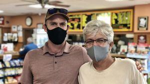 Michael Vandergeest med sin son på en lunchrestaurang i Wilmington. Både stöder Joe Biden i presidentvalet 2020.