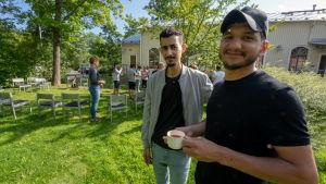 Mohammed Hassan ja Ali Essam, Arabiankielisen seurakunnan jäsenet, kahvilla Perkkaan kappelin pihalla.