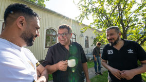 Ansara Ramez, seurakuntapastori, Perkkaan kappelin pihalla kahvilla.