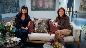 Saara Cantell och Ira Hammermann poserar i en intervjusoffa.