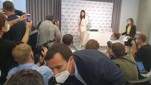 Svetlana Tichanovskaja lämnar presskonferens.