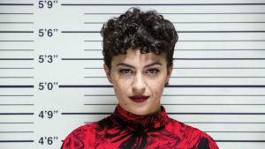 Dory Sief (Alia Shawkat) poliisin tunnistusrivissä.