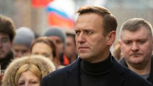 Aleksej Navalnyj i en folkmassa, i februari 2020.