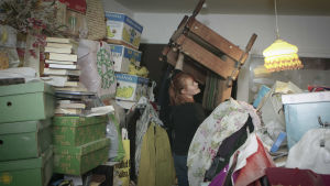 Vilja Autiokyrö städar i Sinikkas överbelamrade lägenhet.