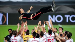 Julen Lopetegui kastas i luften av Sevilla-spelare.