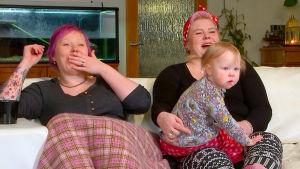 Tanja, Sannis ja Ruusa nauravat sohvalla.