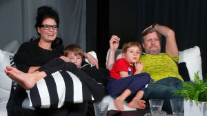 Linda, Daniel, Samuel ja Jani istuvat sohvalla.