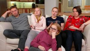 Susanna, Mika, Annika, Olivia, ja Veera katsovat tv:tä.