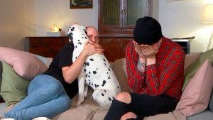 Jarno ja Perttu katsovat tv:tä sohvalla.