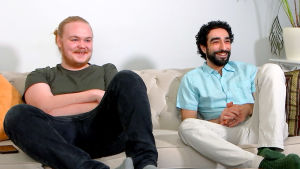 Mika ja Omar sohvalla.