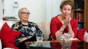 Monna ja Iris istuvat sohvalla.