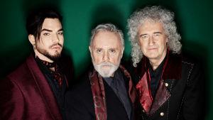 Adam Lambert, Roger Taylor ja Brian May poseeraavat studiokuvassa.