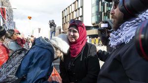 Kvinnor som överlevde moskémassakrerna i mars i fjol, väntade på domslutet utanför rättssalen i Christchurch.