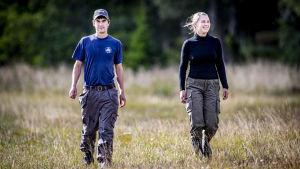 Christer Jägerskiöld och Anni Rönnberg går på en naturbetesäng.