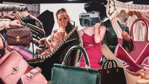 Ett kollage. I mitten av bilden en rullstolsburen kvinna. Runt omkring utklippta bilder på väskor, kläder och en kamera.