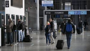 Resenärer i Västra terminalen, i Helsingfors i maj 2020.