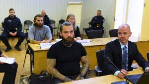 Bild på de misstänka gärningsmännen i rättssalen i dag.