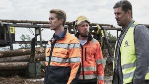 pasi med fabrikschefen och huvudförtroendemannen tittar ut över fabriksområdet.