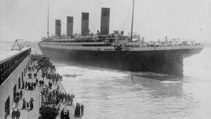 RMS Titanic lähdössä neitsymatkalleen huhtikuun 12. päivä Southamptonista New Yorkiin.