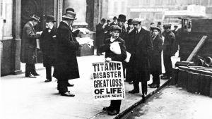 Sanomalehden myyjä RMS Titanicin menettäneen varustamon White Star Linen toimiston edustalla Lontoossa.