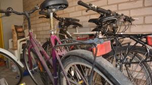 slitna cyklar i ett förråd.