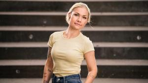 Carita Reinikainen, yksi Tilipäiväkirjat-sarjan päähenkilöistä katsoo kameraan.