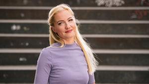 Elina Heletoja, Tilipäiväkirjat-sarjan päähenkilö katsoo kameraan.