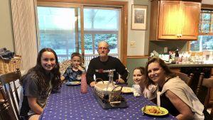Familjen Ciaccia samlade runt middagsbordet hemma i Dallas, Pennsylvania.