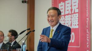 Den 71 årige Yoshihide Suga är välkänd för japanerna eftersom han har varit regeringens talesman.