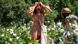 En ung kvinna bryter ihop och skriker rakt ut på bommullsfältet.