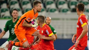 Lukas Hradecky fångar bollen i famnen.