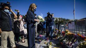 Också representanthusets demokratiska talman Nancy Pelosi lämnade en bukett till minne av Ruth Bader Ginsburg utanför HD-byggnaden på söndagen. USA:s högsta domstol kommer att flagga på halv stång i 30 dagar för att hedra Ginsburg.