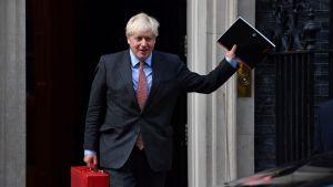 Boris Johnson vinkade glatt när han lämnade Downing Street på måndagen.