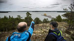 aaro söderlund och Inguar Karlsson-Parra går en naturstig i skogen