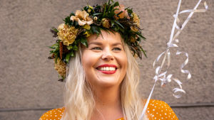 Kätilö Eeva Liimatainen on saanut työkavereiltaan kukkaseppeleen