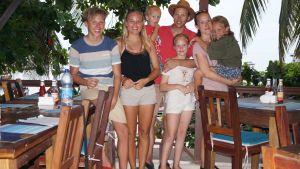 Familj på taverna i Etiopien