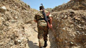 En armenisk soldat vid frontlinjen nära staden Marakert. Den här arkivbilden togs i juli 2012.