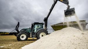 traktor som fyller på med kalk för att sprida kalken på åkrar