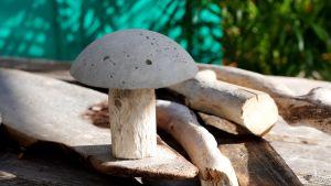 Puusta ja betonista tehty sieni.