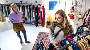Minna Seppälä går igenom kläder
