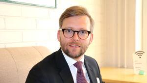 Mats Löfström sitter på en stol.