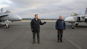 Puolustusministeri Antti Kaikkonen ja Ruotsin puolustusministeri Peter Hultqvist Lapin lennostossa Rovaniemellä